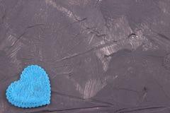 Blauw hart van gevoeld op de donkere concrete achtergrond De dag van de valentijnskaart De kaart van de groet Huwelijk, Stock Afbeeldingen