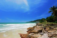 Blauw hemel en strand op Eiland Phuket Thailand Stock Afbeelding