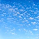 Blauw hemelhoogtepunt met wolken Royalty-vrije Stock Foto's