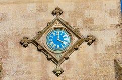 Blauw horloge op muur Stock Afbeeldingen