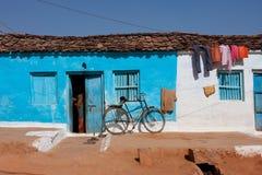 Blauw huis en de fiets in een dorp Stock Fotografie