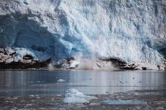 Blauw ijs en kleine ijsbergen Gletsjervoorzijde in noordpoolsvalbard Stock Fotografie
