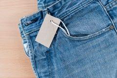Blauw Jean met prijskaartje Stock Foto