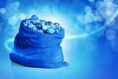 Blauw Kerstmisballen en speelgoed in de zak van de Kerstman Royalty-vrije Stock Foto's