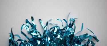 Blauw klatergoud bij witte en glanzende achtergrond, die schitteren stock afbeelding