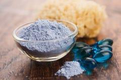 Blauw kleimasker met serumcapsules stock foto's
