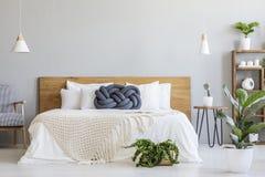 blauw knoophoofdkussen op bed met houten binnen hoofdeinde in grijze slaapkamer stock afbeelding afbeelding bestaande uit loft headboard 121951389