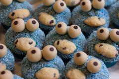 Blauw koekjesmonster cupcakes royalty-vrije stock afbeelding