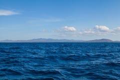 Blauw Landschap Overzeese Oceaan en Blauw Hemel Tropisch Als achtergrond Stock Foto's