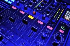 Blauw licht over mixerconsole Stock Fotografie