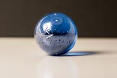 Blauw marmer op een witte oppervlakte royalty-vrije stock afbeelding