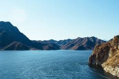 Blauw meer in de berg royalty-vrije stock fotografie