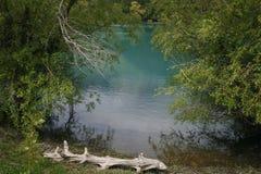 Blauw meer in de bergen Stock Foto