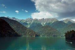 Blauw meer diep in de bergen stock afbeeldingen
