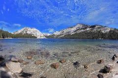 Blauw meer in een holte onder de bergen Stock Afbeeldingen