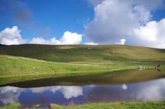 Blauw Meer en blauwe hemel met wolken, in de Alpen Stock Foto