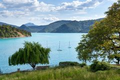 Blauw meer met boten royalty-vrije stock foto's