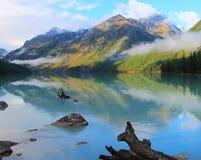 Blauw Meer onder de bergen van de Altai-Bergen stock afbeeldingen