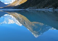 Blauw Meer onder de bergen van de Altai-Bergen stock foto's
