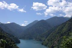Blauw Meer Ritsa in Abchazië stock foto's