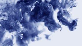 Blauw met witte verf die zich in water mengen Wolk van het zijdeachtige metaalkleureninkt onderwater wervelen Abstracte rookexplo stock videobeelden