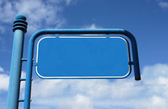 Blauw, metaal, leeg straatteken met bewolkte hemel Stock Foto's