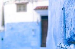 Blauw metaalclose-up met blauwe muren stock foto