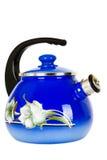 Blauw, metaalketel op een witte achtergrond stock afbeeldingen