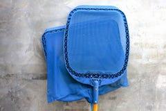 Blauw netto zwembad schoonmakend materiaal stock afbeeldingen