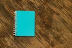 Blauw notitieboekje op de achtergrond van oud hout Royalty-vrije Stock Fotografie