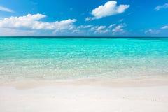 Blauw oceaan en zandig strand op de Maldiven stock afbeelding