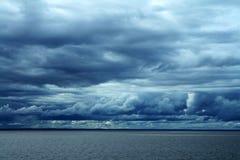 Blauw Oceaanwolkenlandschap Stock Foto's