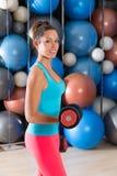 Blauw ogenmeisje bij de domoren van het gymnastiekgewichtheffen Royalty-vrije Stock Afbeelding
