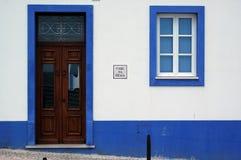 Blauw op wit stock foto's