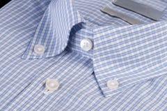 Blauw overhemd met knoop-benedenkraag Royalty-vrije Stock Foto's