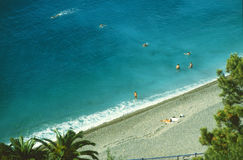 Blauw overzees en strand met kiezelstenen Stock Fotografie