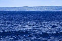 Blauw overzees golven kustlandschap royalty-vrije stock foto