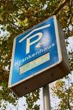 Blauw parkerenteken in Duitsland voor het ziekenhuis stock foto's