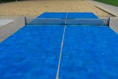 Blauw pingpong met concrete netto stock afbeeldingen