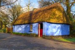 Blauw plattelandshuisjehuis in VolksPark Bunratty Stock Foto's
