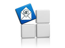 Blauw postteken met envelop op dozen Royalty-vrije Stock Afbeelding