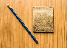 Blauw potlood en een notitieboekje op de vloer Royalty-vrije Stock Foto's