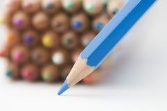 Blauw potlooduiteinde op Witboek Stock Foto's