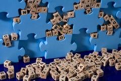Blauw raadsel met houten brief Stock Foto