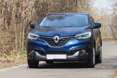 Blauw Renault Kadjar op een landweg Royalty-vrije Stock Foto