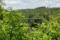 Blauw Ridge Parkway-uitzicht - een brug over de Franse Brede Rivier in de lente royalty-vrije stock afbeelding
