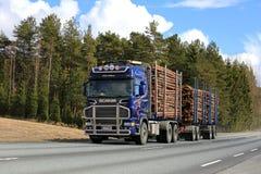 Blauw Scania die het Hout van Vrachtwagenafstanden registreren royalty-vrije stock foto's