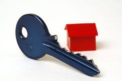 Blauw sleutel en huis Stock Afbeeldingen