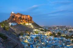 Blauw stad en Mehrangarh-fort op de heuvel bij nacht in Jodhpur stock fotografie