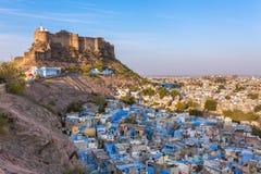 Blauw stad en Mehrangarh-fort op de heuvel in Jodhpur stock foto